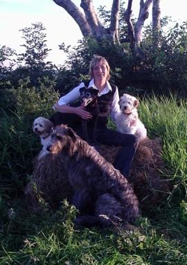 Claudia Blöthe mit Terriern und Deerhound