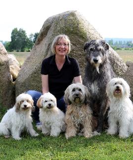 Claudia Blöthe mit Langhaar Hunden